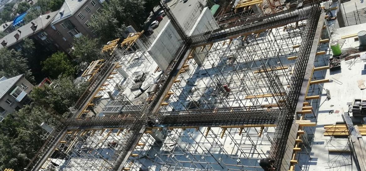 Армирование балок на строительной площадке