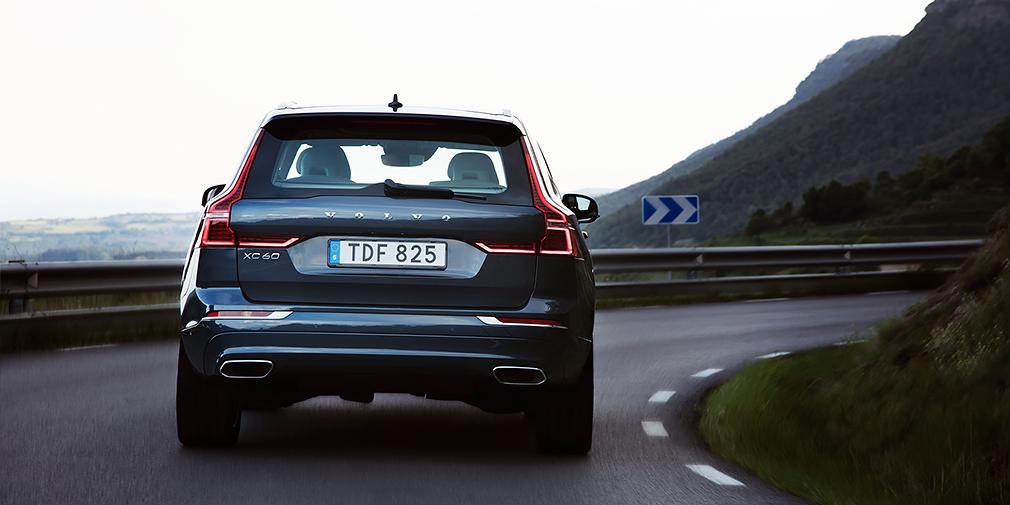 Проще всего отличить XC60 от старшего внедорожника по горизонтальным полоскам фонарей на пятой двери.