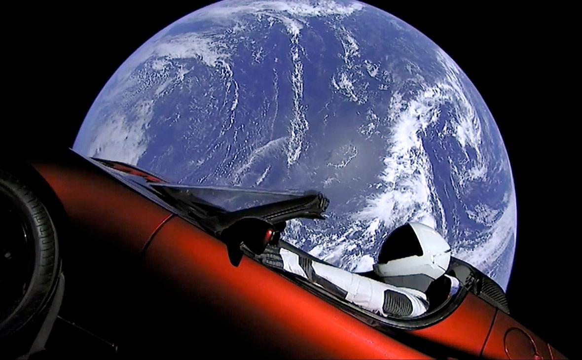 Автомобиль Tesla Roadster, который был запущен на гелиоцентрическую орбиту сверхтяжелой ракетой Falcon Heavy