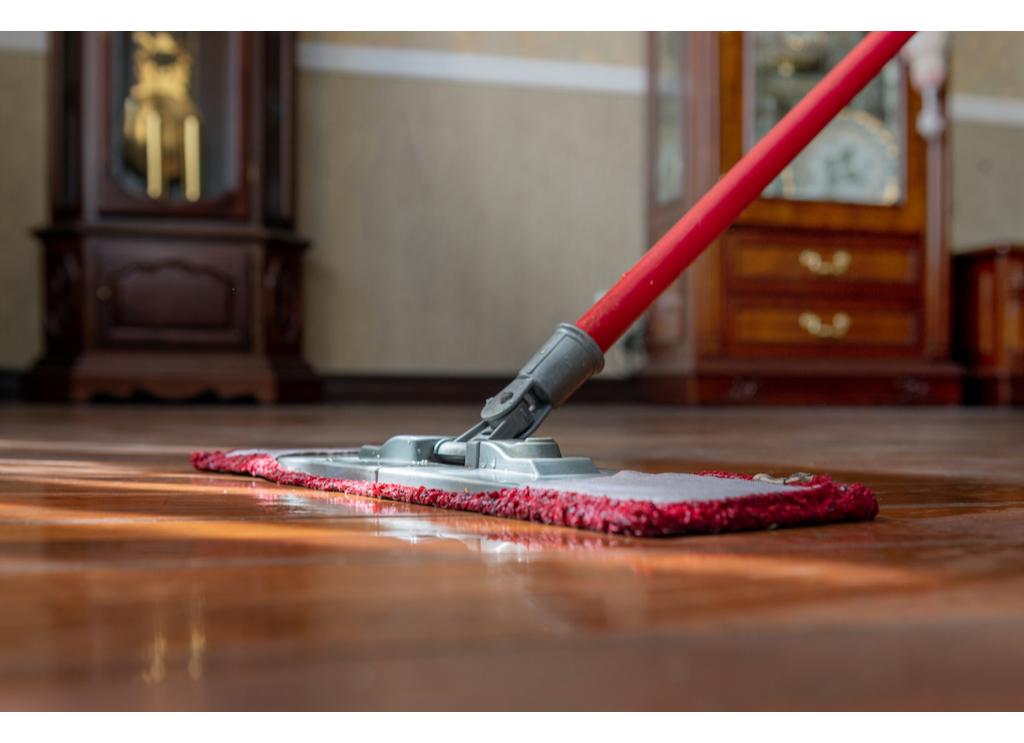 Самый бюджетный вариант повысить привлекательность «бабушкиной» квартиры — это навести в ней порядок и выброситьвесь хлам