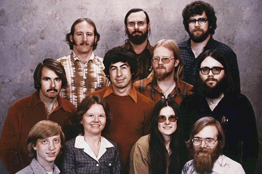 Пол Аллен (на фото в правом нижнем углу) родился в Сиэтле в 1953 году. Он стал увлекаться электроникой еще в детстве. С Биллом Гейтсом (на фото в левом нижнем углу) познакомился в школьные годы на занятиях по программированию. В 1975 году они основали корпорацию Microsoft. Аллену досталось 36% акций, Гейтсу — 64%. «С самого юного возраста мы оба стали квалифицированными программистами, компетентными в области технологий, мы горели желанием сделать что-то в предпринимательстве. Мы оба — я и Билл — были одинаково фанатичны в познании всего, что только возможно», — говорил Аллен в одном из интервью