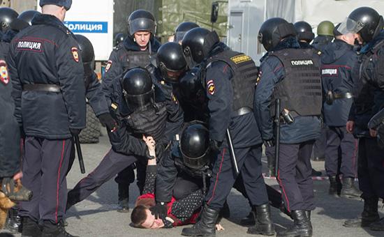 Задержание одного из участников антикоррупционного митингав Москве. 26 марта 2016 года