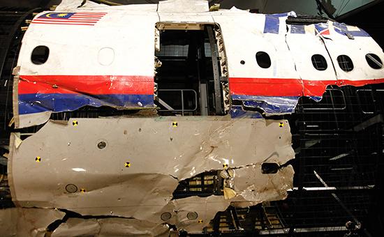 Фрагментыфюзеляжамалайзийского Boeingна авиабазе в Нидерландах
