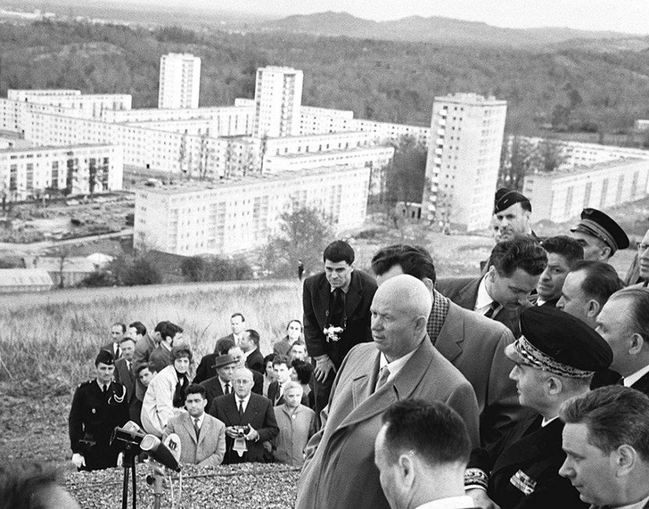 Строительство хрущевок—панельных икирпичных многоэтажек, возводимых поиндустриальной технологии—началось вМоскве вконце 1950-х годов поинициативе первого секретаря ЦК КПСС Никиты Хрущева, которыйв1955 году объявил борьбу сизлишествами вархитектуре. Проектированием первых типовых многоэтажек (серия К-7) занимался инженер Виталий Лагутенко, поэтому такие дома стали называть «лагутенками». Однако впоследствии внароде закрепилось более простое икороткое прозвище—хрущевки  На фото:Н.Хрущев вовремя поездки поФранции
