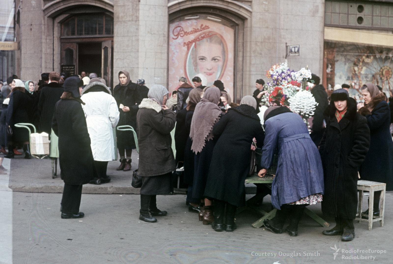 Продажа цветов на площади Свердлова (Театральной)