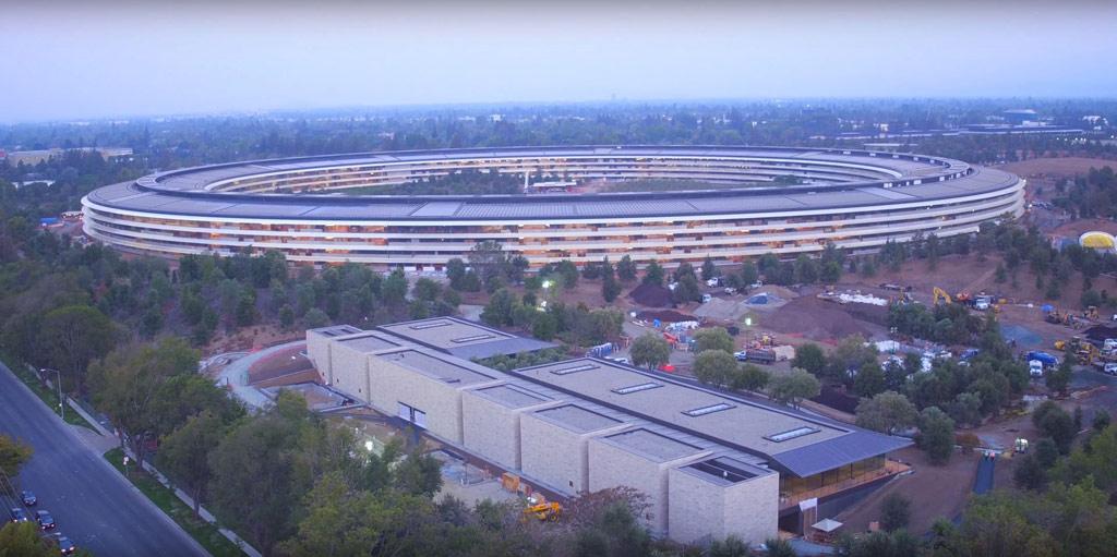 Помимо главного здания и атриума в Apple park будут семь кафе (одно из них — трехэтажное, на 3 тыс. человек), оздоровительный фитнес-центр площадью 9 тыс. кв. м, научно-исследовательская лаборатория и парки с прогулочными дорожками и цветниками