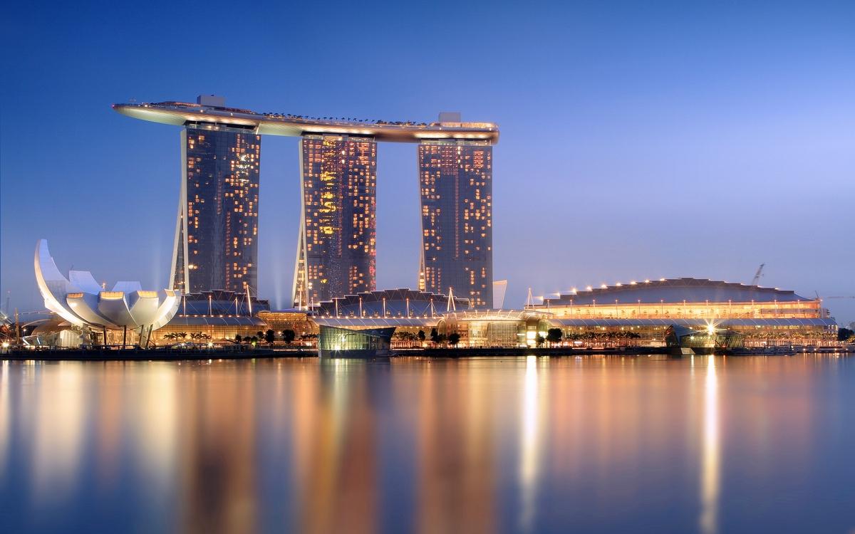 4. Marina Bay Sands   Сингапур Стоимость строительства: $5,5 млрд     Отель Marina Bay Sands можно назвать визитной карточкой Сингапура: комплекс из трех башен, накрытых огромным бассейном, появляется на большинстве панорамных фотографий города-государства. В гостинице площадью 120 тыс. кв. м находится 2,5 тыс. номеров — но это далеко не главное. Marina Bay Sands привлекает туристов самым длинным высотным бассейном в мире: при протяженности 146 м он вмещает 1,5 тыс. куб. м воды, при этом купальщикам открывается панорамный вид на весь Сингапур.