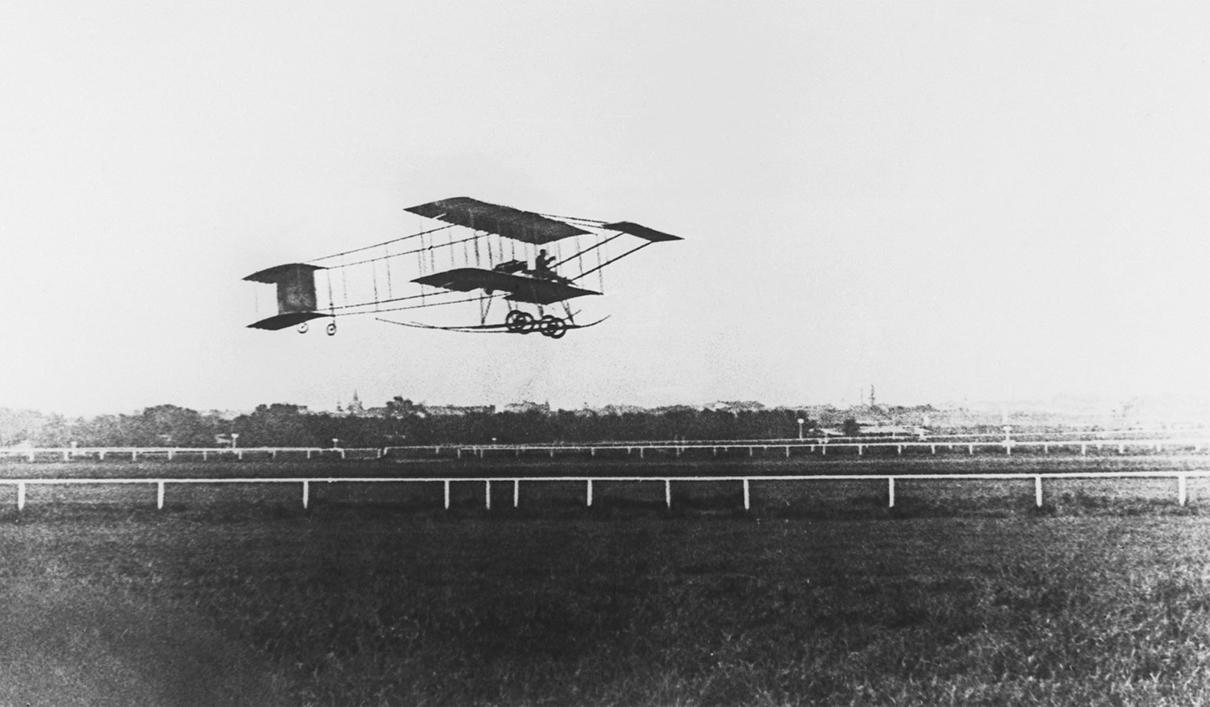 Полет одного из первых русских авиаторов Сергея Уточкина над Ходынским полем. 1912 год