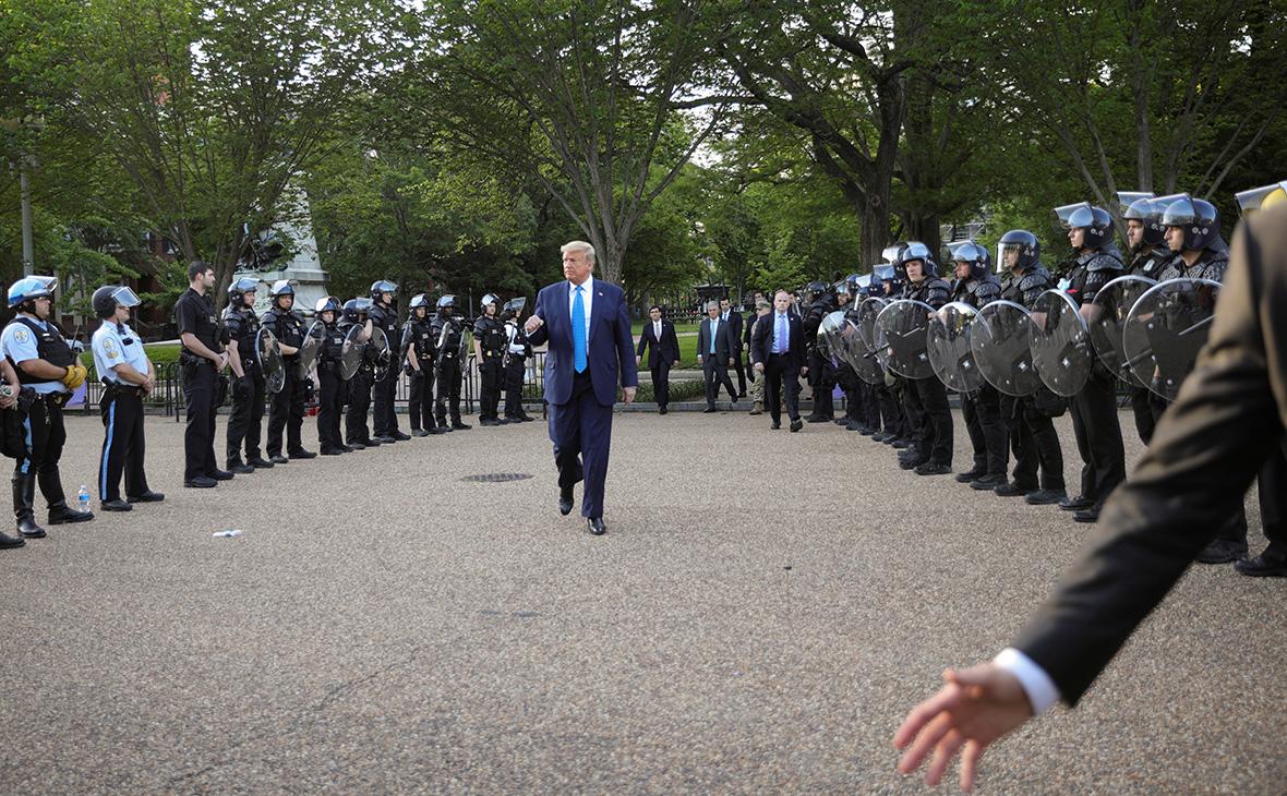 Дональд Трамп идет между рядами спецназа