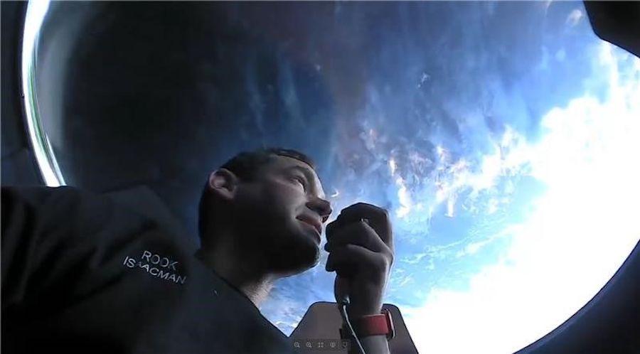 Миллиардер и капитан корабля Джаред Айзекман смотрит на землю из иллюминатора корабля Crew Dragon