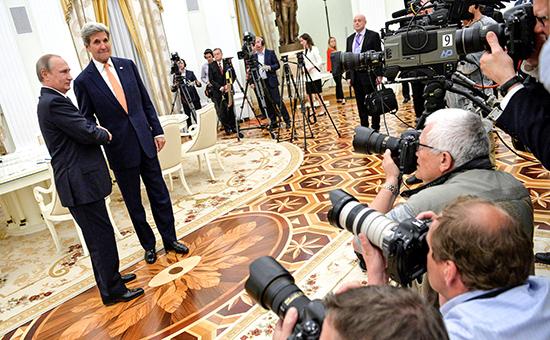 Президент РФ Владимир Путин игосударственный секретарь США Джон Керривовремя встречи вКремле