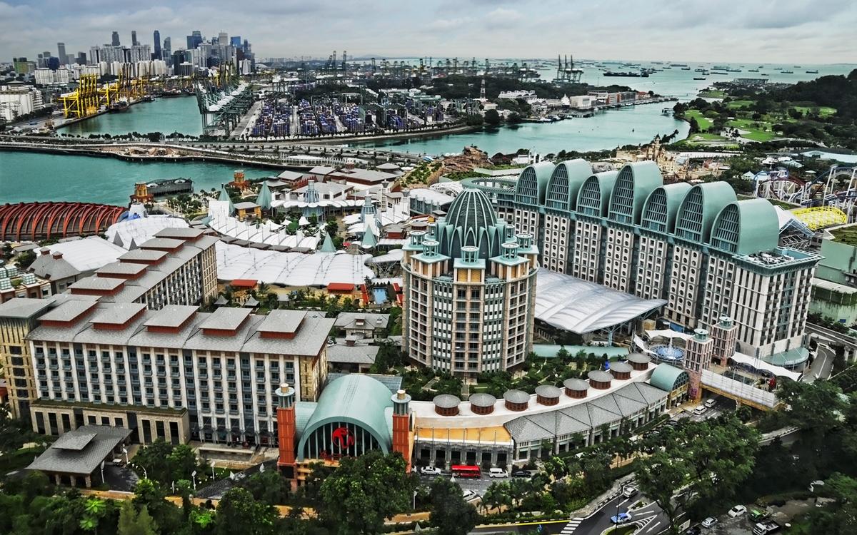 3. Парк развлечений на острове Сентоса   Сингапур Стоимость строительства: $6,59 млрд     Resorts World Sentosa — один из наиболее крупных и роскошных курортов в мире. Парк развлечений построили на острове Сентоса, который принадлежит Сингапуру, за $6,59 млрд. Внутри разместились казино, самый большой в мире океанариум, аквапарк с искусственными гротами и подземным аквариумом, а также тематический парк голливудской студии Universal — все вместе они занимают 49 га.