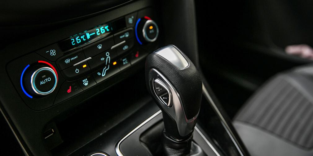 Переключатель передач на рычаге сбоку – не самое удачное решение Ford Focus