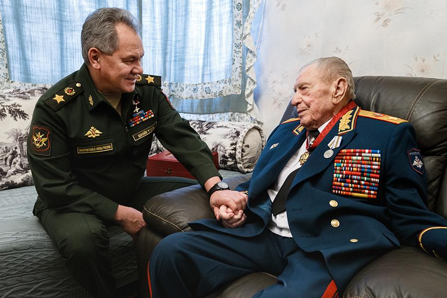 Министр обороны Сергей Шойгу и Дмитрий Язов