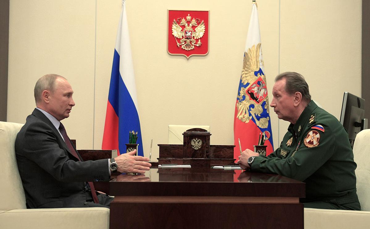 Владимир Путин и Виктор Золотов (справа) во время встречи
