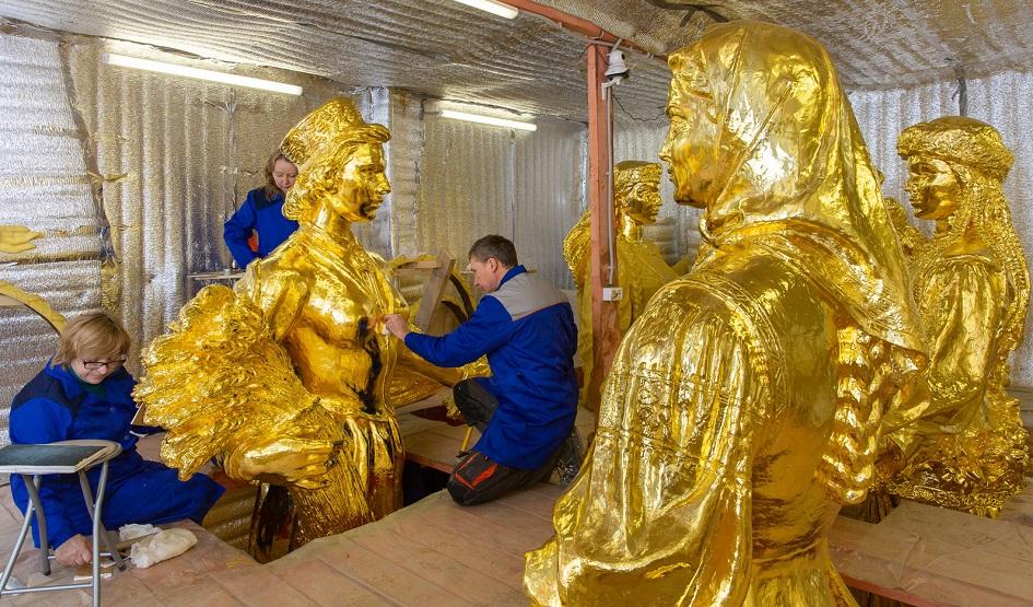 Работа над реставрацией скульптур в мастерской