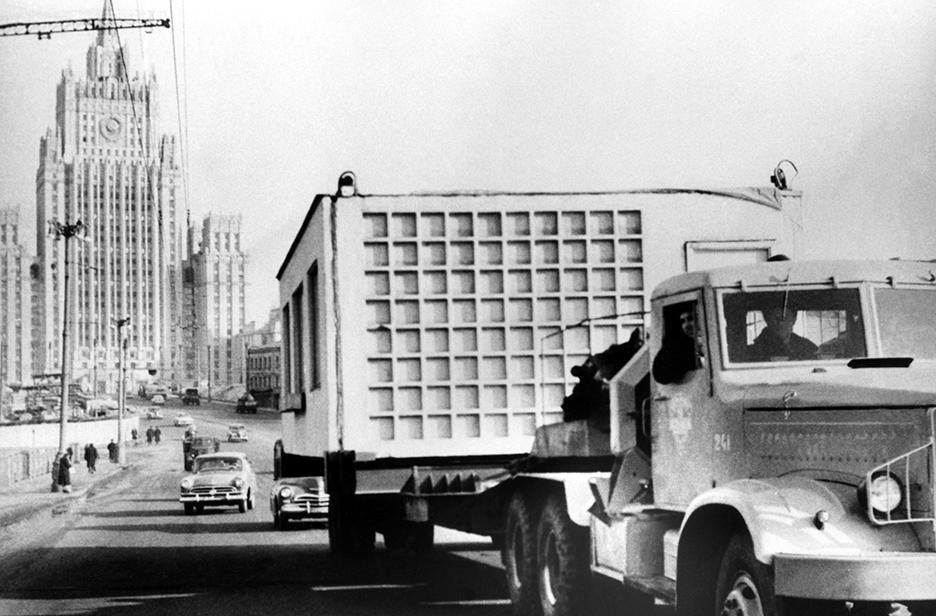 Перевозка деталей крупнопанельных домов наавтомобилях вМоскве. 1960 год