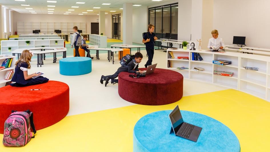 Библиотека площадью порядка 900 кв. м организована в стиле коворкинг-центра с отдельной конференц-зоной для проведения презентаций, большим количеством пуфов, диванов и столов для возможности неформального общения. Читальный зал оборудован 40 компьютерами с доступом к электронной библиотеке