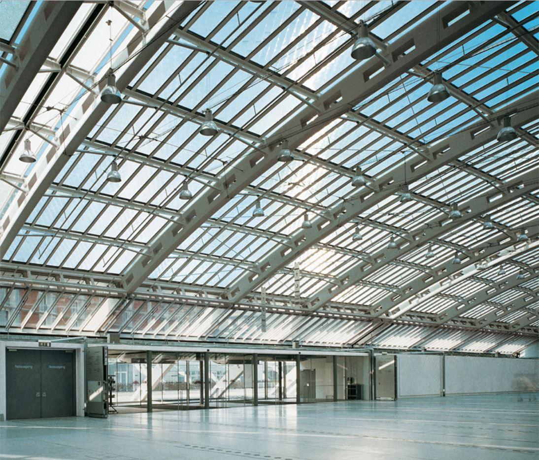 Одним из таких проектов стал Design Center в немецком городе Линц. Стеклянная крыша центра давала достаточно много естественного света, однако из-за нее страдал температурный контроль здания. Архбюро Херцога Herzog+Partner (сейчас — Thomas Herzog Architekten) разработало для центра безнасосную вентиляцию: воздухообмен между зданием и улицей происходил по законам физики. Кроме того, стеклянные панели крыши были изменены так, чтобы отражать прямые солнечные лучи, спасая здание от перегрева, но оставляя столькоже естественного света