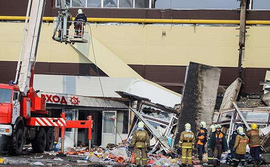 Разбор завалов на месте пожара в казанском торговом центре «Адмирал»