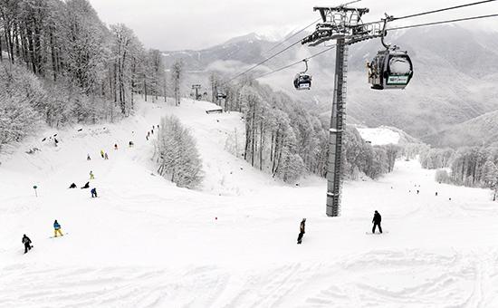 Лыжники и сноубордисты на трассе горнолыжного курорта «Роза Хутор». Архивное фото