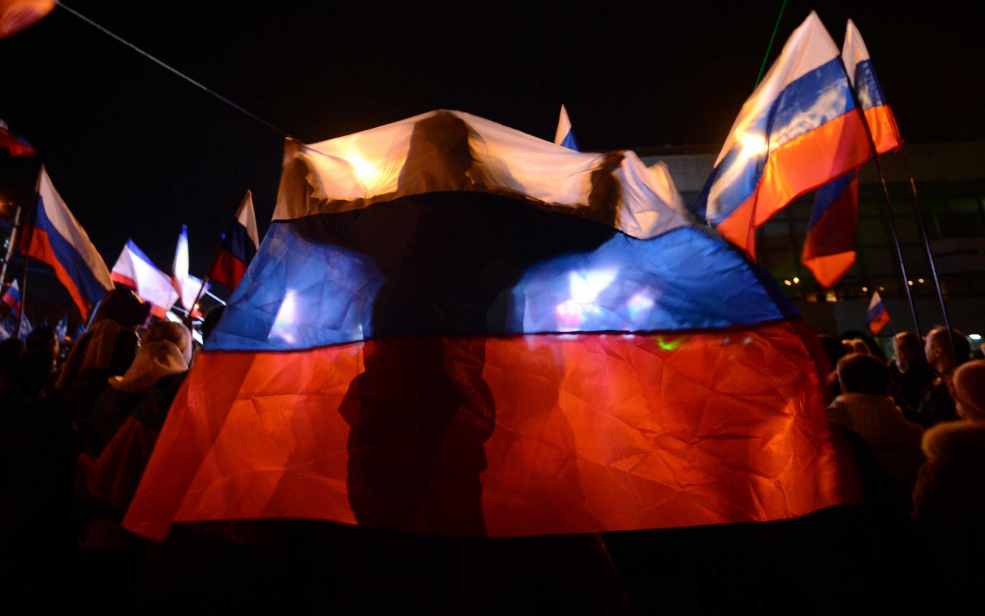 Человек с флагом России