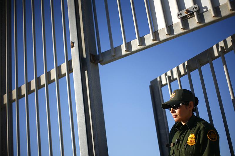 США – Мексика    Протяженность границы между США и Мексикой составляет около 3,2 тыс. км. Обеспокоенные наплывом нелегальных мигрантов из Мексики, пограничные штаты США начали в 2006 году строительство дополнительных укреплений на границе с южным соседом. Проект получил поддержку федерального правительства. За период с 2006 по 2009 год на строительство различных видов заборов, барьеров и ограждений было потрачено $2,4 млрд. Их общая протяженность достигает около тысячи километров.    В основном стена на границе с Мексикой представляет собой простой забор, призванный не допустить перехода границы пешеходом. Однако на самых уязвимых участках установлен барьер из трех линий, одна из которых представлена в виде вбитых в землю бетонных колонн. Это должно предотвратить возможность штурма забора на автомобиле, что пытаются иногда совершить мексиканские наркоторговцы. Кроме того, на границе активно используют высокотехнологичное оборудование – беспилотники и датчики движения.    С момента начала строительства ограждений в Соединенных Штатах не утихают споры об их эффективности. Сторонники сохранения стены или даже ее дальнейшего продолжения вдоль всей южной границы США утверждают, что она выполнила свою основную цель – снизила приток в страну нелегальных мигрантов. С 2005 по 2010 год количество пойманных во время незаконного перехода границы мигрантов сократилось на 61%. При этом, по данным Службы таможенного и пограничного контроля США, 96,6% случаев нелегальной миграции в США происходит на юго-западной границе. Противники стены утверждают, что на самом деле она неэффективна – в местах, где построили барьер, количество пойманных мигрантов, на основе которого затем делается вывод об общем количестве возможных нарушителей границы, не уменьшилось или даже увеличилось. В дискуссию о необходимости или даже этической оправданности стены на границе с Мексикой вступили правозащитники и экологи, которые полагают, что стена представляет опасность для местных жителей и животных.    С