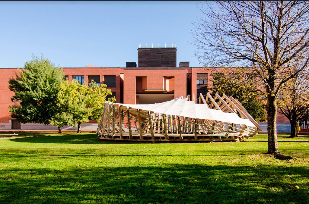 Название проекта: Möbius Pavilion Какой вуз представляет: UPV-EHU Universidad del País Vasco, Испания   Павильон из деревянных рамок в форме ленты Мёбиуса