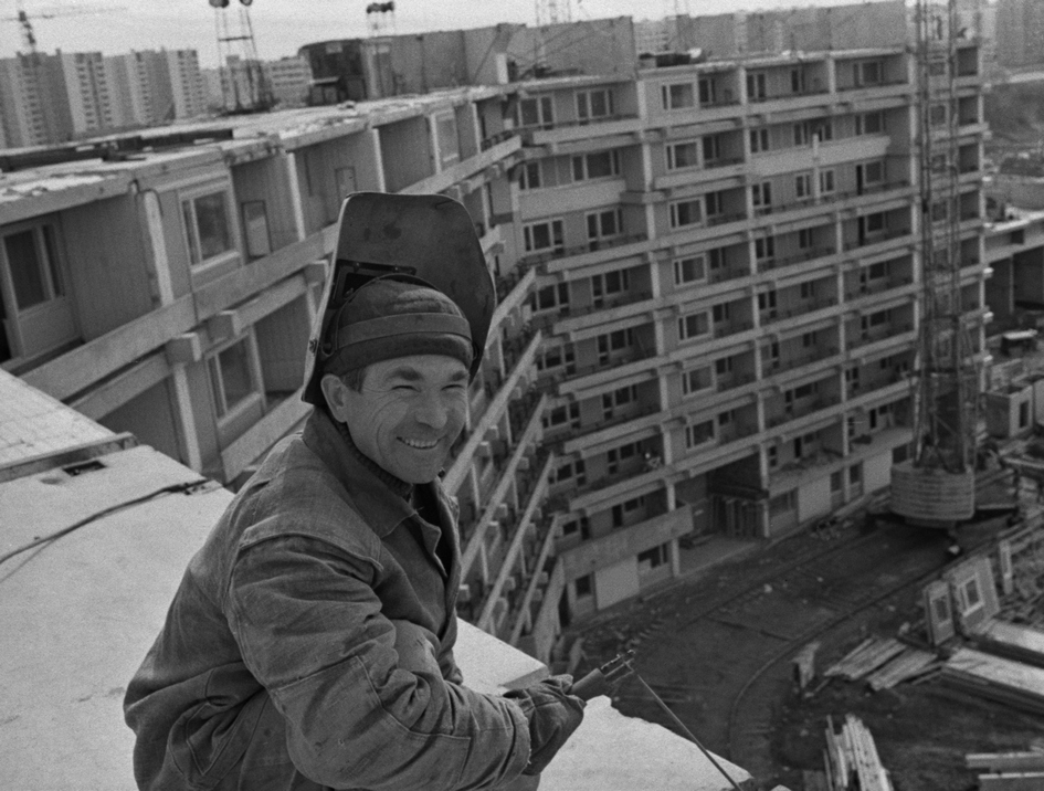 Строительство микрорайона Северное Чертаново. Алинжан Сафин сваривает плиты перекрытия девятого этажа. 1976 год