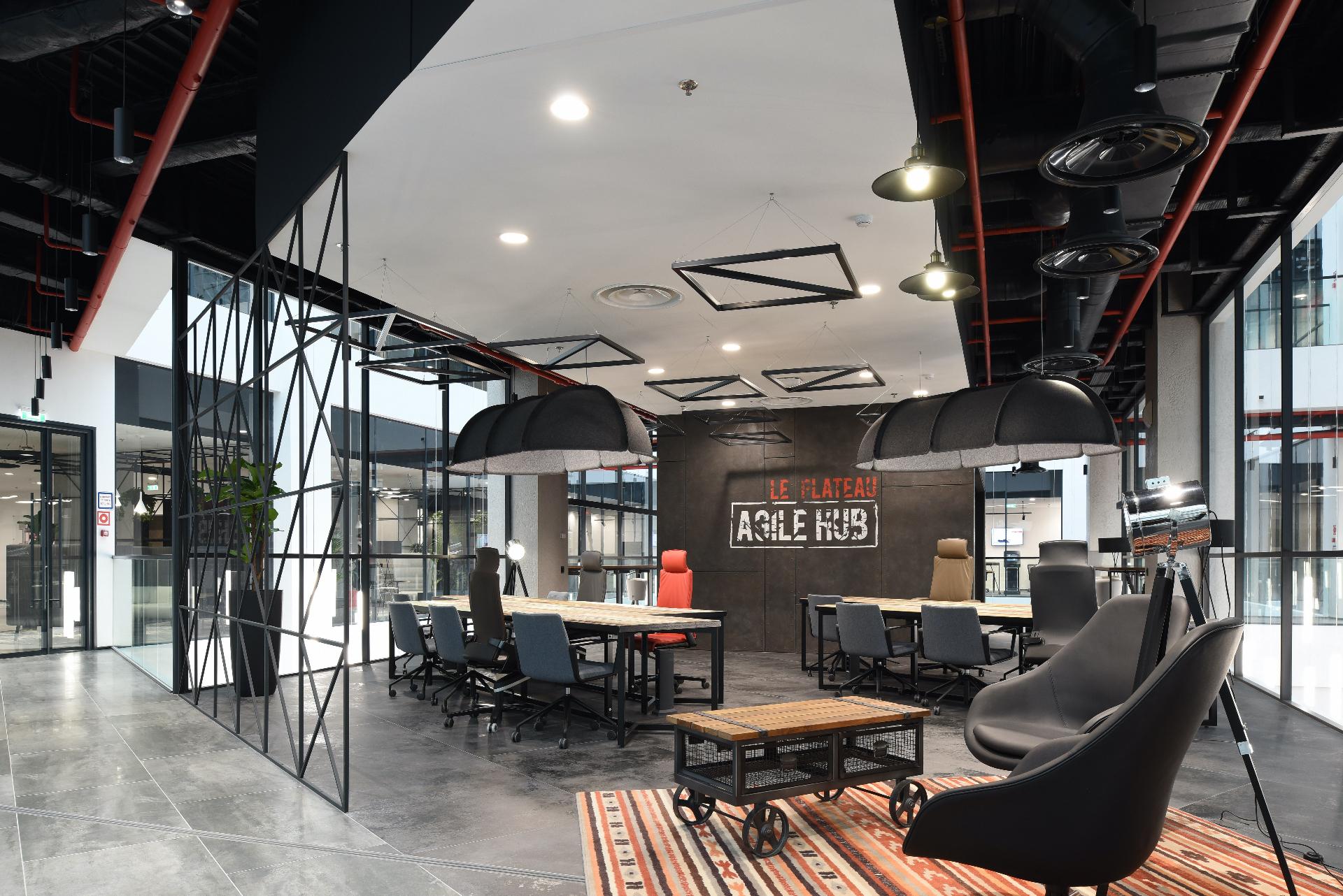 Зона Agile Hub в атриуме на полуоткрытом балконе.