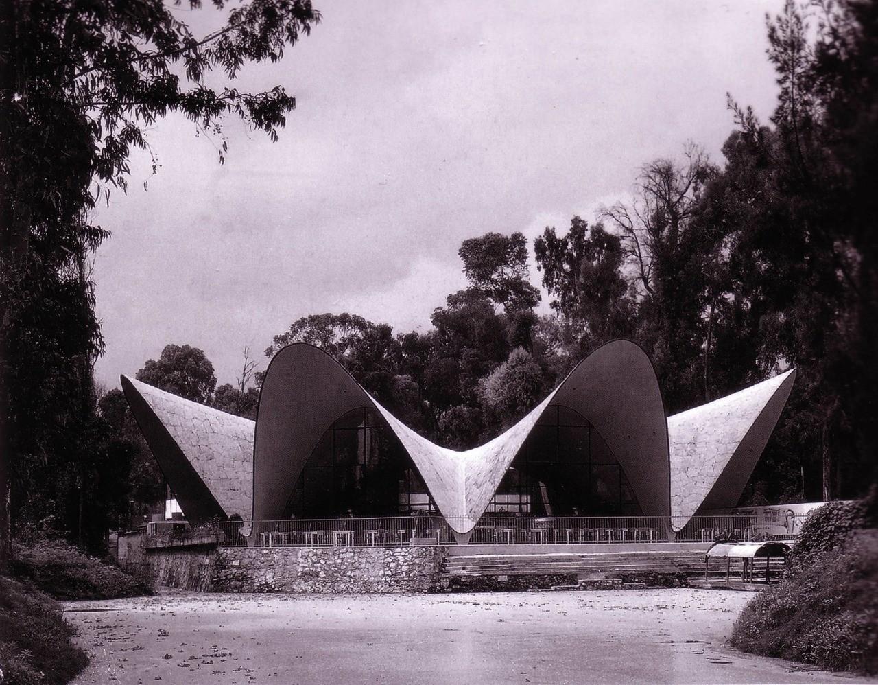 Ресторан состоит из восьми застекленных арок из бетона толщиной 4см. Здание симметрично и имеет 32м в диаметре между основанием опор и 42м — между козырьками арок