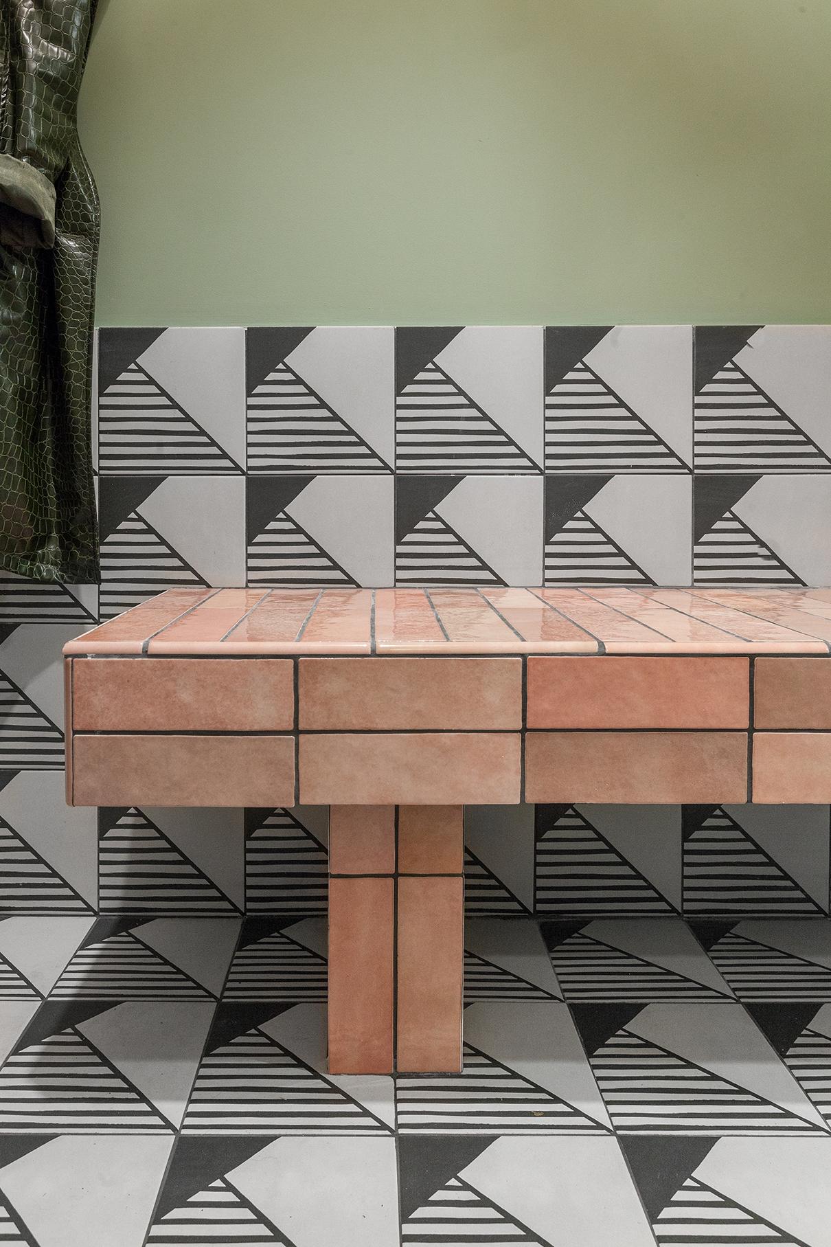 Самодельная скамья облицована керамической плиткой Equipe коллекции Artisan, пол и фрагмент стены— Equipe Caprice deco Origami. Стена окрашена краской Historie & Harmonie
