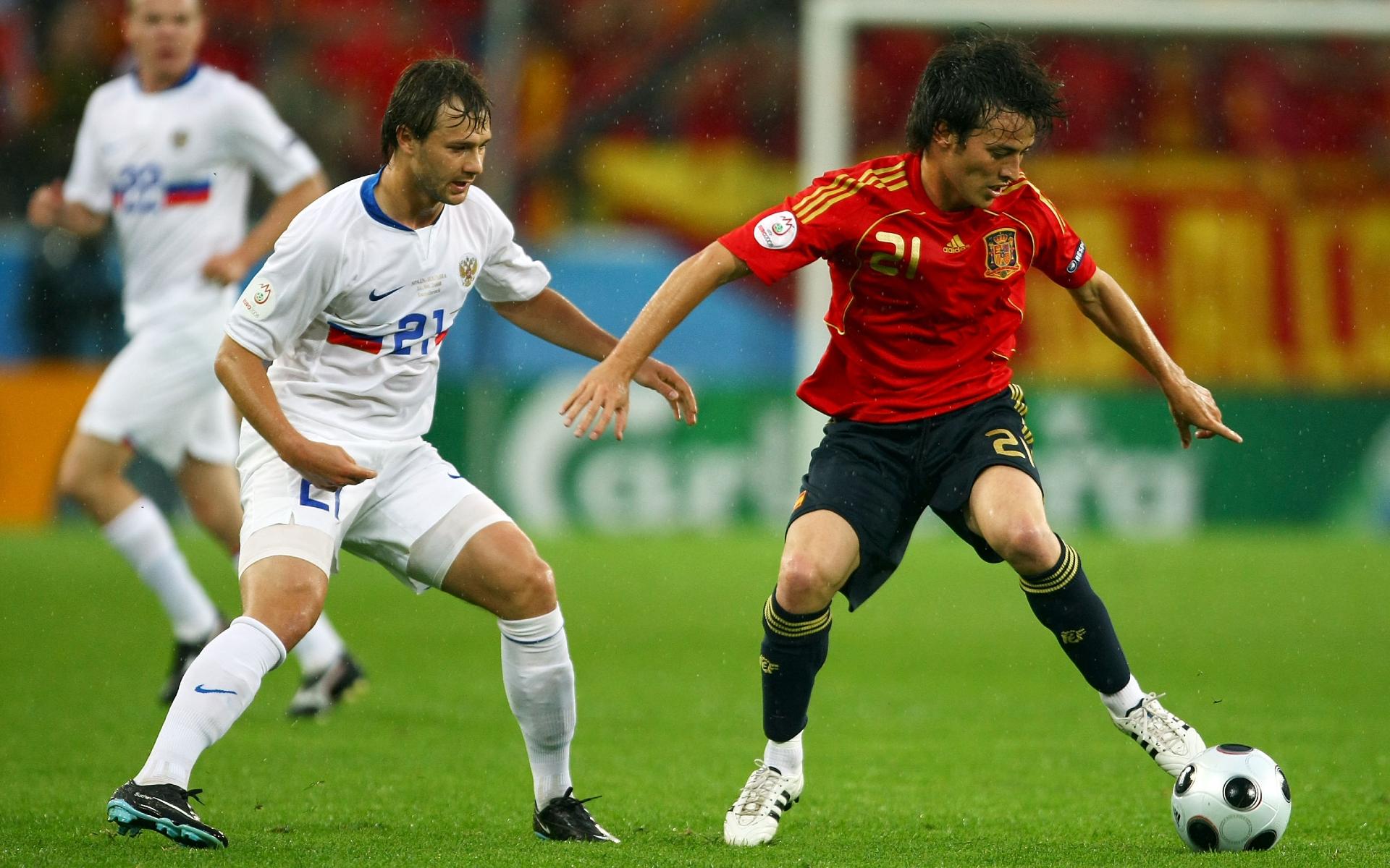 Фото: Дмитрий Сычев (слева) против Давида Сильвы (справа) на Евро-2008  (Photo by Richard Heathcote/Getty Images)
