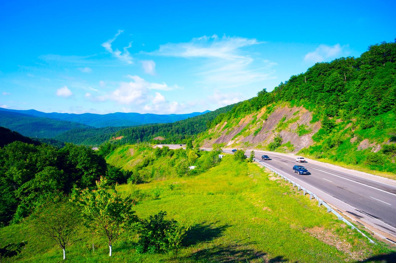 <p>Горная дорога на Горячеключевском перевале главного Кавказского хребта (М-4)</p>