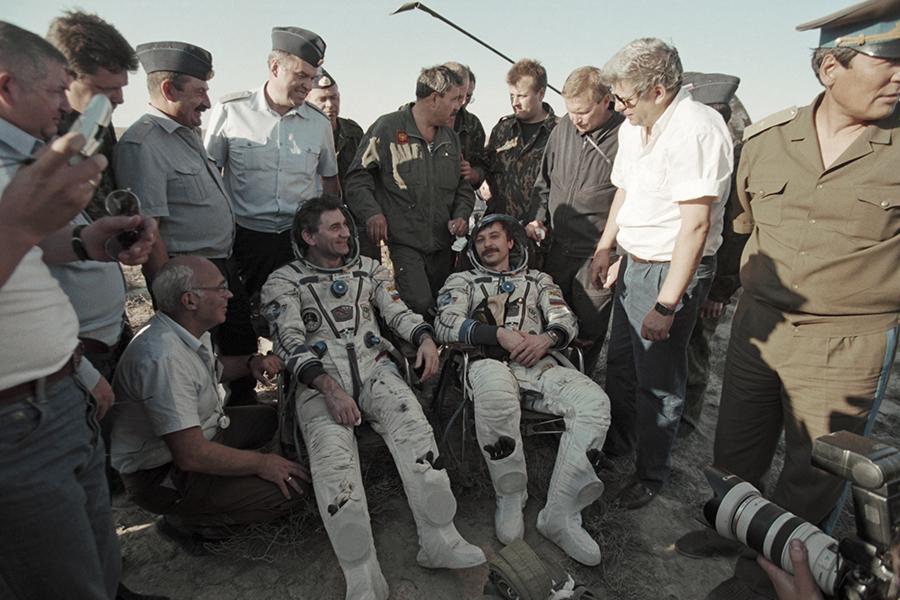 Космонавты Василий Циблиев (слева) и Александр Лазуткин после приземления на площадке юго-восточнее города Джезказган