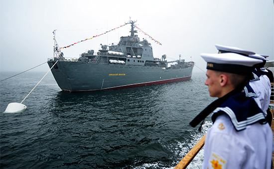 К поиску экипажа перевернувшегося у Курил судна присоединился ВМФ
