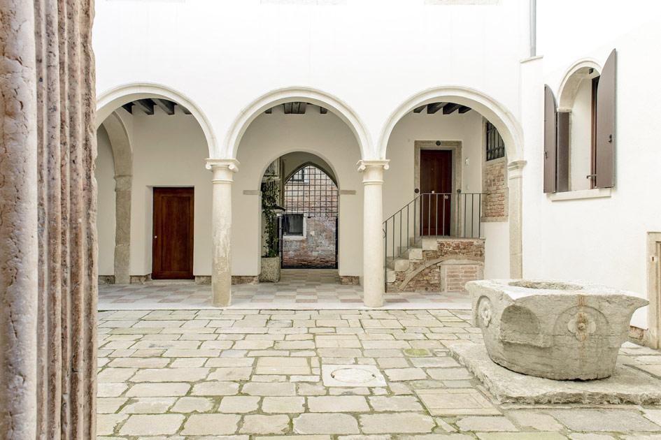Восемь отдельных квартир впалаццо XV века постройки врайоне Сан-Марко. Палаццо построен сиспользованием классических архитектурных элементов венецианского классицизма: арочных потолков, колоннады, огромных окон ибалкона повнутреннему периметру. Имеет собственный внутренний дворик иотдельные ворота, ведущие кканалу
