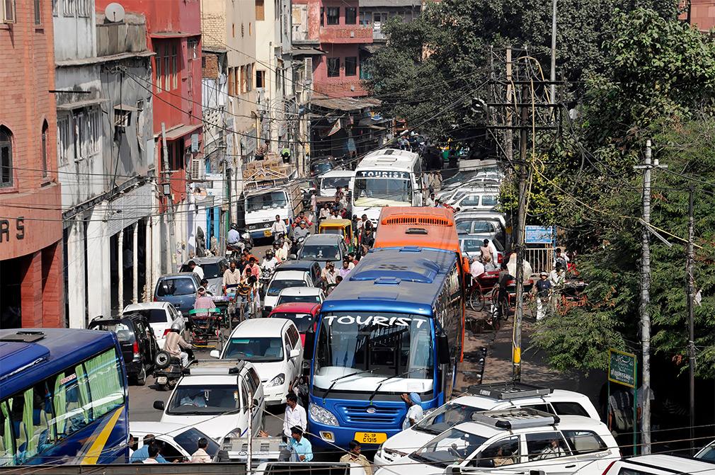 <p>Индия закупает около 75% сырой нефти за границей. Отсюда и высокие цены на топливо: один литр бензина в среднем стоит 1,06 доллара (67 рублей).</p>
