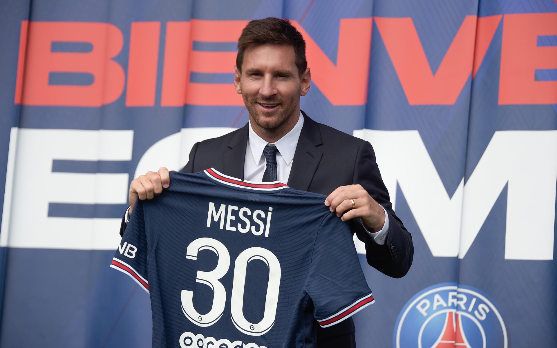 Фото: Лионель Месси во время своей презентации в качестве игрока ПСЖ на стадионе «Парк де Пренс»
