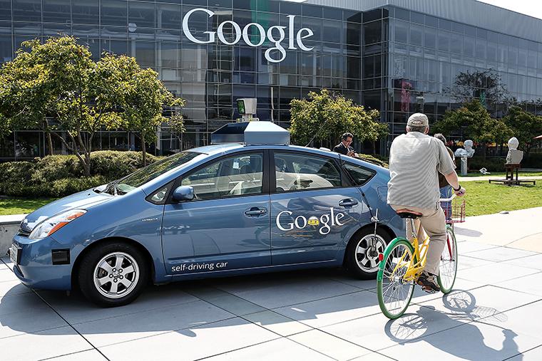 Google начала проект по разработке технологий для автоматического (без участия человека) вождения в 2009 году. Однако публично компания объявила об этом лишь год спустя. Программное обеспечение получило название Google Chauffeur.    Уже в мае этого года Google представилаавтомобиль, полностью разработанный в компании. Он не имеет рулевого колеса, педалей газа и тормоза. При этом он способен передвигаться полностью без участия человека.    До этого компания экспериментировала с гибридной Toyota Prius, Audi TT и Lexus RX450h. В апреле группа инженеров объявила, что эти автомобили проехали без участия человека свыше 1,1 млн кмбез каких-либо происшествий.    Сейчас законодательство четырех американских штатов – Калифорнии, Невады, Флориды и Мичигана, а также столичного федерального округа Колумбии разрешает использование автоматических автомобилей на дорогах общего пользования. Представители «большой тройки» ведущих автопроизводителей США – GM, Ford и Chrysler – неоднократно выражали скептицизм в связи с планами Google по созданию автомобиля, способного передвигаться без участия человека.