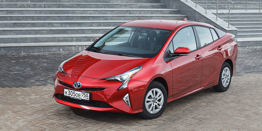 Toyota Prius  2,9 л/100 км  Абсолютный рекордсмен рынка по экономичности в городском режиме, по данным производителя, потребляет всего 2,9 л/100 км — на 0,1 л меньше, чем в смешанном цикле. Все благодаря гибридной силовой установке с бензиновым двигателем 1,8 (122 л.с.) и электромотором. Динамика при этом вполне приличная — 10,6 с до «сотни».