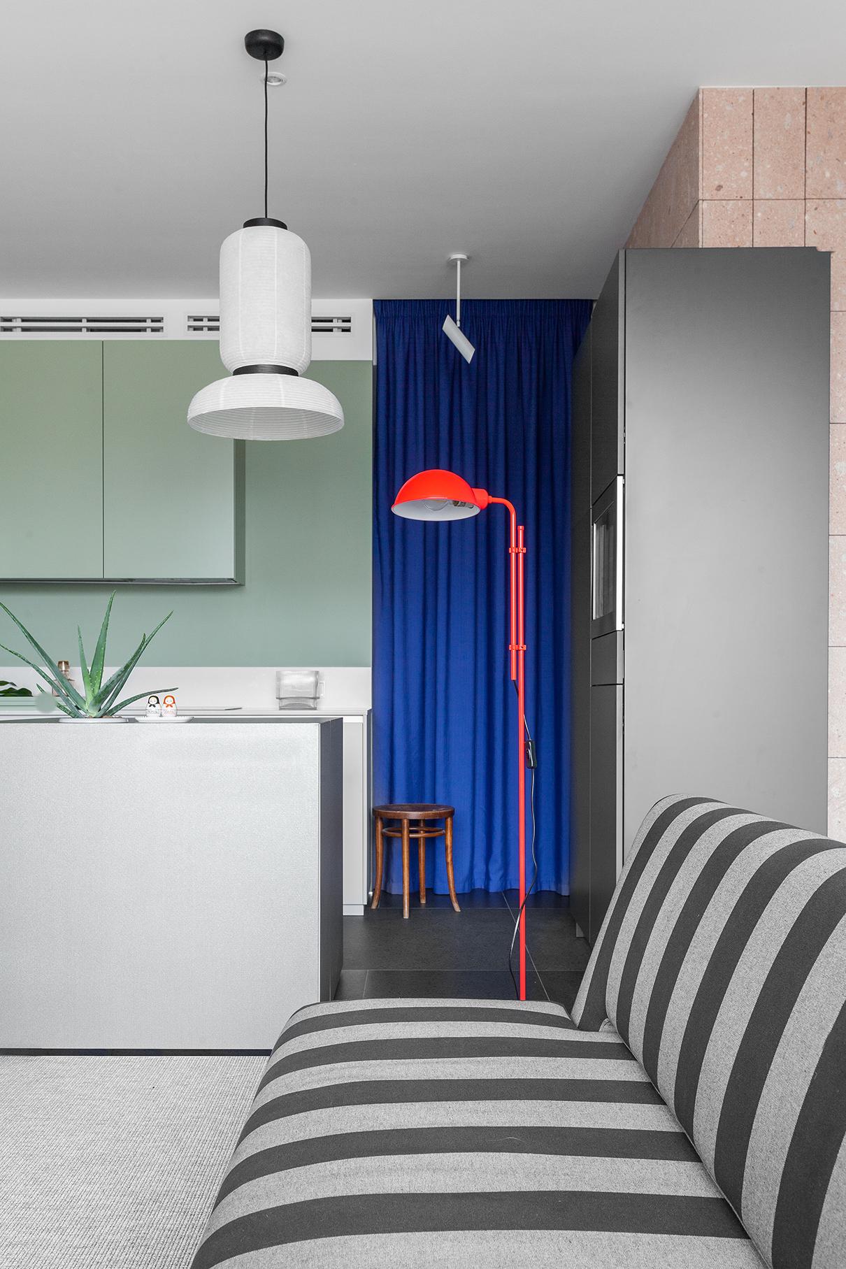 Напольный торшер— Marset. Диван— Innovation Living. Светильник над кубом— Formakami, дизайн Хайме Айона для &Tradition