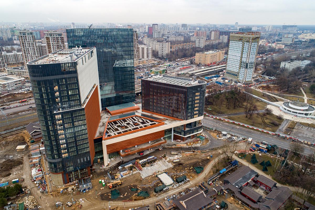 Строящийся деловой центр «Парк Хуамин» в Останкинском районе. Бизнес-центр сдадут в эксплуатацию позднее запланированного срока (лето 2020 года) из-за временного запрета на въезд в Россию граждан Китая с 20 февраля 2020 года в связи с эпидемией коронавируса COVID-19 в КНР