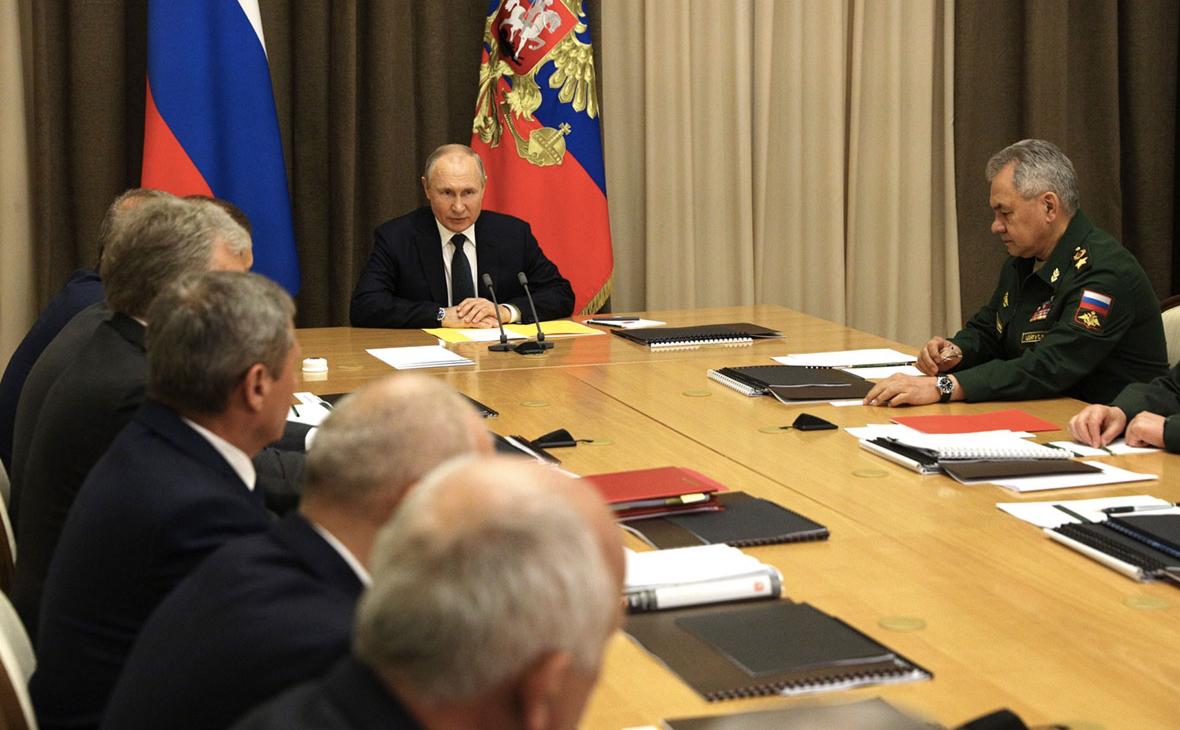 Владимир Путин во время совещания с руководством Министерства обороны и представителями оборонно-промышленного комплекса