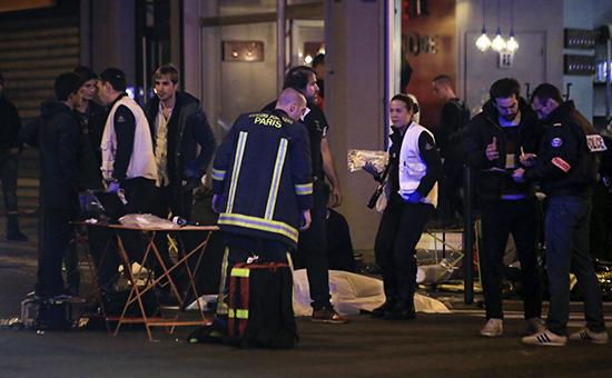 Сотрудники полиции у ресторана в Париже, где произошла стрельба