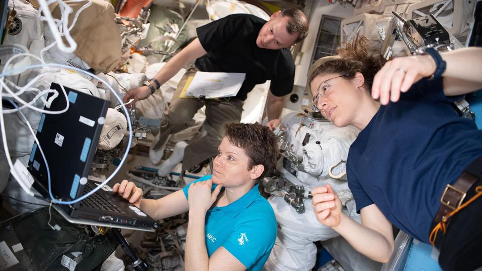 Энн Макклейн и Кристина Кох должны были стать первыми астронавтками, вышедшими в открытый космос в чисто женском составе