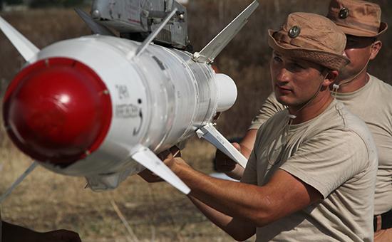 Российские военные подвешивают высокоточную ракету Х-25 ксамолету Су-24 наавиабазе ХмеймимвСирии
