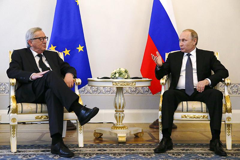 Президент Европейской комиссии Жан-Клод Юнкер (слева) ипрезидент России Владимир Путин