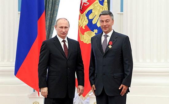Владимир Путин и Андрей Акимов (слева направо) на церемонии вручения государственных наград в Кремле в 2013 году