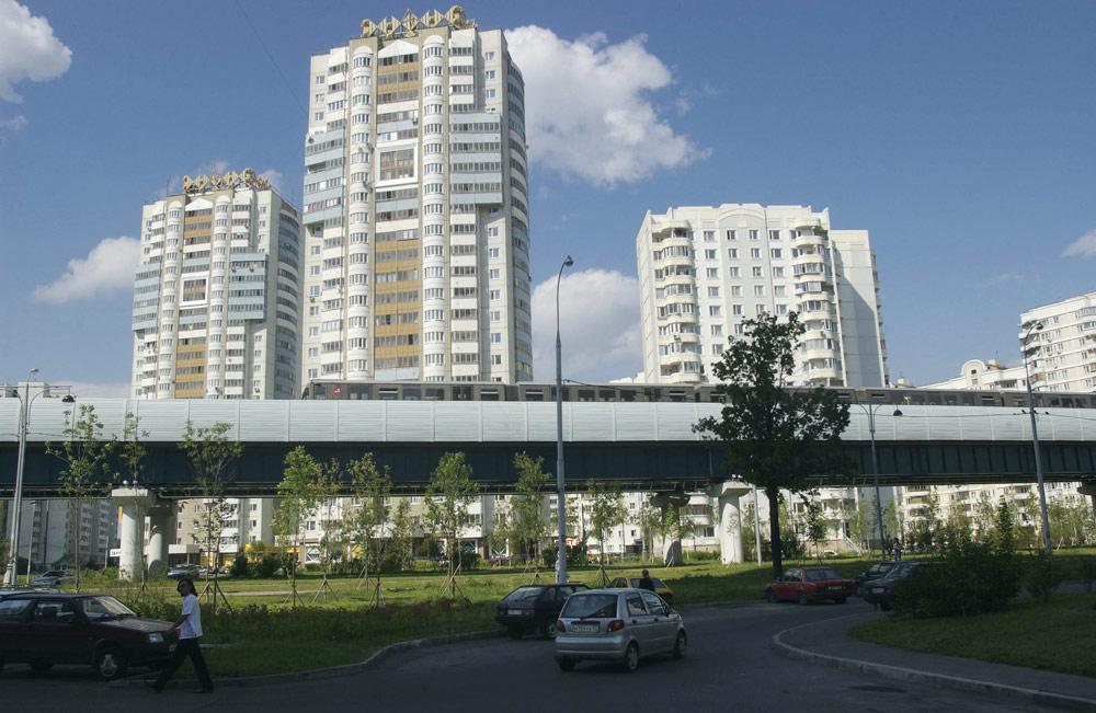 Дома у станции легкого метро «Скобелевская»